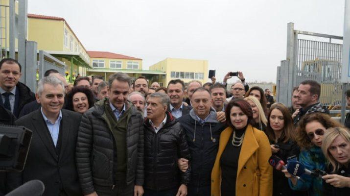 Ο Κυριάκος Μητσοτάκης στο ΕΕΕΚ Νεάπολης και βόλτα στο κέντρο της Λάρισας
