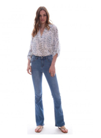 3992b5e3984b Ενα ψηλόμεσο τζιν καμπάνα πάντα είναι μία τέλεια επιλογή για να ντυθείτε  ανοιξιάτικα με ένα πουκάμισο από πάνω ή ένα t-shirt. Τα τζιν αυτά έχουν ένα  σημείο ...